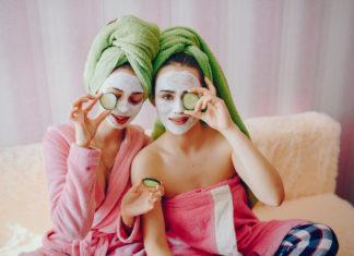 dziewczyny z maseczkami na twarzy