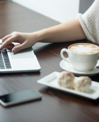 close-up-kobiet-r-ce-pracy-na-laptopie-w-kawiarni_