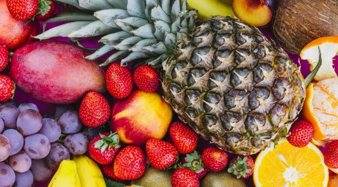 owoce ananas truskawki winogrona