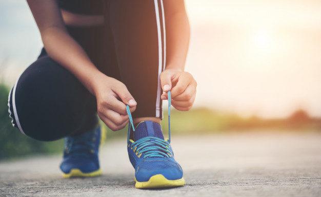 dziewczyna wiąże buty sportowe