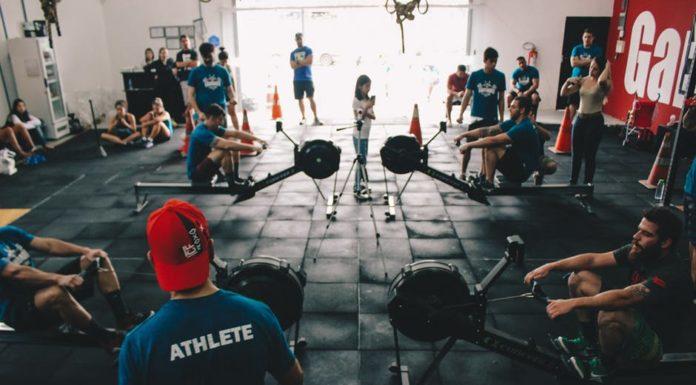 dużo ludzi ćwiczących na siłowni