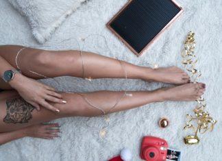 nogi na dywanie