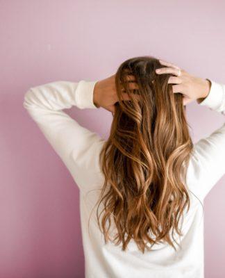 włosy długie brązowe rozpuszczone