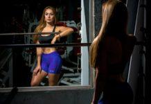 kobieta na siłowni przed lustrem