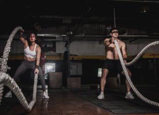 para ćwiczy na siłowni