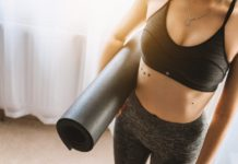 kobieta w sportowym stroju z matą do jogi