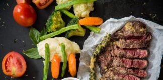 pieczone mięso z pomidorem, marchewką, kalafiorem i innym warzywami