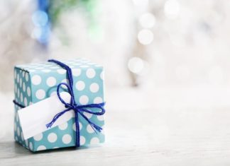 prezent owinięty w niebieski papier w białe kropki