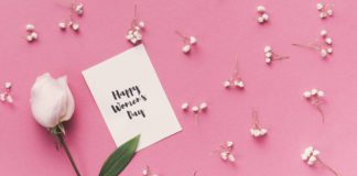 dzień kobiet kwiat kartka na różowym tle