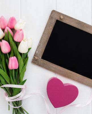 bukiet różowych i białych tulipanów, serce na deskach drewnianych